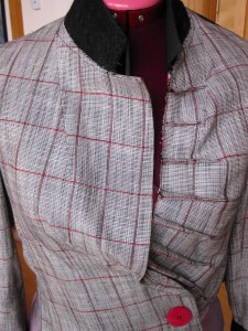 Detail jacket tucks & collar